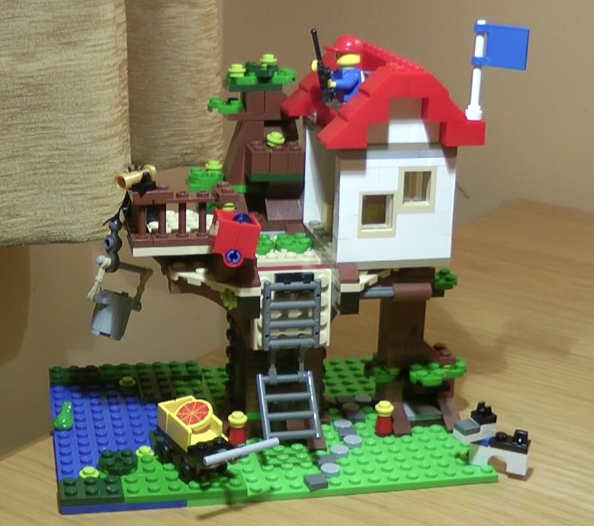 Lego Tree House: A great little family weekend project.